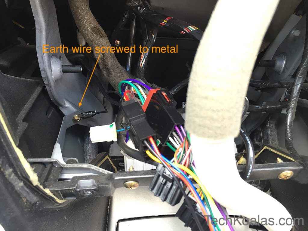08-earth-wire-screwed-to-metal